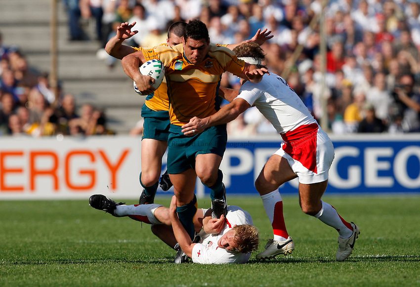 Photo: Richard Lane/Richard Lane Photography..Australia v England. Quarter Final, IRB Rugby World Cup, RWC 2007. 06/10/2007. .Australia's George Smith attacks.