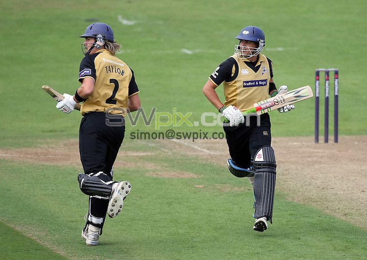 PICTURE BY VAUGHN RIDLEY/SWPIX.COM - Cricket - Natwest Pro 40 - Yorkshire v Leicestershire - Headingley, Leeds, England - 03/08/08...Copyright - Simon Wilkinson - 07811267706...Yorkshire's Chris Taylor and Jacques Rudolph add on the runs.