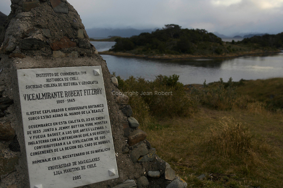 Dans la baie de Wulaia à l'ouest de l'île de Navarino, on se promène dans une forêt de hêtres, de coihues aux feuilles vertes persistantes, de lengas et de canelots. Cette anse paisible était occupée il ya près de deux siècles par une colonie d'Indiens Ymanas.Avecles Tehuelches, les Onas, les Haush et les Alacalufes, ils peuplaient tout le sud de la Patagonie et la Terre de Feu. En 1829,le capitaine Fitz Royles a découverts lors d'une expédition hydrographique.Quatre d'entre eux furent alors arrachés à leurs villages et emmenés à Londres à bord du Beagle pour y être exposés..Wulaia Bay is the place where Captain Fitz Roy, along with the naturalist Charles Darwin had close encounters with the Yamana aborigines in the XIX century.
