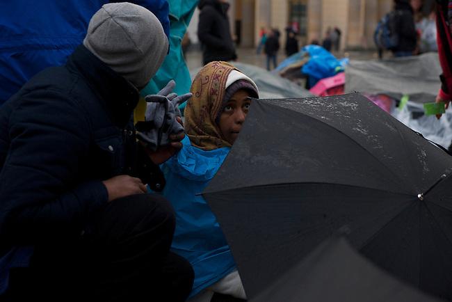 Seit Mittwoch den 9. Oktober 2013 befinden sich in Berlin etwa 2 dutzend Fluechtlinge vor dem Brandenburger Tor erneut im Hungerstreik.<br />Die Fluechtlinge fordern die Anerkennung ihrer Asylantraege und wollen den Hungerstreik so lange weiterfuehren bis ihre Forderung erfuellt wird.<br />Ein erster Hungerstreik im Winter wurde nach mehreren Wochen erfolglos beendet.<br />Am 6. Tag des Hungerstreiks, Montag den 14. Oktober 2013, verkuenden die Fluechtlinge, dass sie ab sofort zusaetzlich auch in einen Durststreik treten.<br />Hier: Am Donnerstag den 17.Oktober 2013 kamen Bischof Dr. Markus Droege, Praelat Dr. Martin Dutzmann und Diakonie Praesident Johannes Stockmeier zu den Hungerstreikenden um mit ihnen ueber ihre Situation zu reden.<br />Waehrend des Besuchs der evangelischen Kirchenvertreter ist der vierte Hungerstreikende an dem Tag zusammengebrochen und wurde ohnmaechtig ins Krankenhaus eingeliefert.<br />17.10.2013, Berlin<br />Copyright: Christian-Ditsch.de<br />[Inhaltsveraendernde Manipulation des Fotos nur nach ausdruecklicher Genehmigung des Fotografen. Vereinbarungen ueber Abtretung von Persoenlichkeitsrechten/Model Release der abgebildeten Person/Personen liegen nicht vor. NO MODEL RELEASE! Don't publish without copyright Christian Ditsch/version-foto.de, Veroeffentlichung nur mit Fotografennennung, sowie gegen Honorar, MwSt. und Beleg. Konto:, I N G - D i B a, IBAN DE58500105175400192269, BIC INGDDEFFXXX, Kontakt: post@christian-ditsch.de.<br />Urhebervermerk wird gemaess Paragraph 13 UHG verlangt.]
