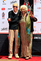 Stan Lee und Nichelle Nichols bei Stan Lee's Hand and Footprints Ceremony am TCL Chinese Theatre Hollywood. Los Angeles, 18.07.2017