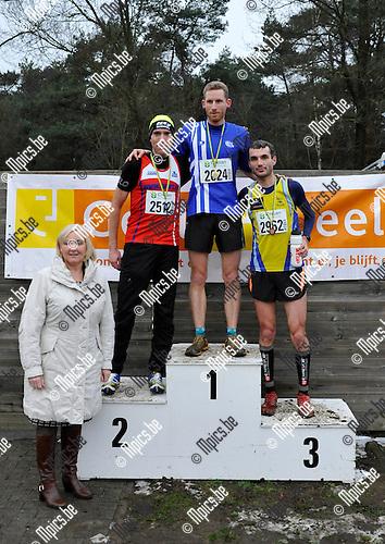 2015-01-25 / atletiek / veldloop / Geel 2015 / Het podium bij de heren seniors : 1 : Pieter Van Dyck; 2 : Sven Kerremans; 3 : Pieter Hendrickx Links zien we ook de burgemeester van Geel Vera Celis.