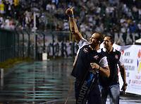 ATENÇÃO EDITOR: FOTO EMBARGADA PARA VEÍCULOS INTERNACIONAIS - SÃO PAULO, SP, 10 NOVEMBRO DE 2012 - CAMPEONATO BRASILEIRO - CORINTHIANS x CORITIBA: Lutador de UFC Cigano é apresentado a torcida durante partida Corinthians x Coritiba, válida pela 35ª rodada do Campeonato Brasileiro de 2012, em partida disputada no Estádio do Pacaembu em São Paulo. FOTO: LEVI BIANCO - BRAZIL PHOTO PRESS