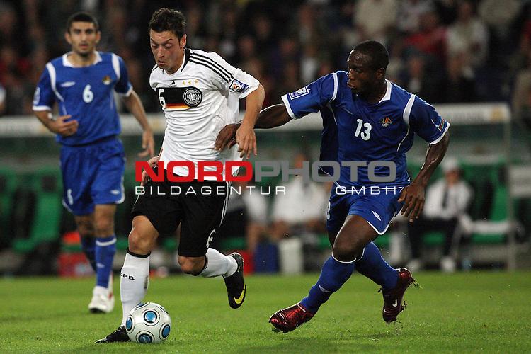 Fussball, L&permil;nderspiel, WM 2010 Qualifikation Gruppe 4 in Hannover 09.09.2009<br /> Deutschland (GER) vs. Aserbaidschan ( AZE )<br /> <br /> Zweikampf Mesut &divide;zil (#6 Werder Bremen Oezil Deutsche Nationalmannschaft) und Ernani Pereira (#13 Aserbaidschan).<br /> <br /> Foto &copy; nph (  nordphoto  )<br />  *** Local Caption *** <br /> <br /> Fotos sind ohne vorherigen schriftliche Zustimmung ausschliesslich f&cedil;r redaktionelle Publikationszwecke zu verwenden.<br /> Auf Anfrage in hoeherer Qualitaet/Aufloesung