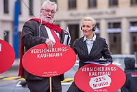 """Kundgebung des Deutschen Gewerkschaftsbund (DGB), des Sozialverbands Deutschland (SovD) und Deutscher Frauenrats am Montag den 18. Maerz 2019 in Berlin zum """"Equal PayDay"""".<br /> Der Equal PayDay (EPD), der internationale Aktionstag fuer Lohngleichheit zwischen Frauen und Maennern, macht auf die bestehende Ungerechtigkeit in der Bezahlung von Frauen gegenueber Maennern aufmerksam und wird in zahlreichen Laendern an unterschiedlichen Tagen begangen. In Deutschland markiert der Aktionstag symbolisch die Lohnluecke zwischen Frauen und Maennern. Die durchschnittliche Lohndifferenz von 21Prozent entspricht einem Zeitraum von 77 Kalendertagen im Jahr.<br /> An der Kundgebung des DGB nahmen etliche Politikerinnen und Politiker teil.<br /> Im Bild: Zwei Kundgebungsteilnehmer zeigen die Lohnungleichhiet in ihrer Berufsgruppe.<br /> 18.3.2019, Berlin<br /> Copyright: Christian-Ditsch.de<br /> [Inhaltsveraendernde Manipulation des Fotos nur nach ausdruecklicher Genehmigung des Fotografen. Vereinbarungen ueber Abtretung von Persoenlichkeitsrechten/Model Release der abgebildeten Person/Personen liegen nicht vor. NO MODEL RELEASE! Nur fuer Redaktionelle Zwecke. Don't publish without copyright Christian-Ditsch.de, Veroeffentlichung nur mit Fotografennennung, sowie gegen Honorar, MwSt. und Beleg. Konto: I N G - D i B a, IBAN DE58500105175400192269, BIC INGDDEFFXXX, Kontakt: post@christian-ditsch.de<br /> Bei der Bearbeitung der Dateiinformationen darf die Urheberkennzeichnung in den EXIF- und  IPTC-Daten nicht entfernt werden, diese sind in digitalen Medien nach §95c UrhG rechtlich geschuetzt. Der Urhebervermerk wird gemaess §13 UrhG verlangt.]"""