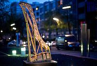 Berlin, Mittwoch (01.05.13), Der Rahmen eines Flügels aufgenommen vor der Berliner Filiale von Steinway and Sons. Die Produktpalette von Steinway and Sons umfasst Flügel und Klaviere.  Foto: Michael Gottschalk/CommonLens