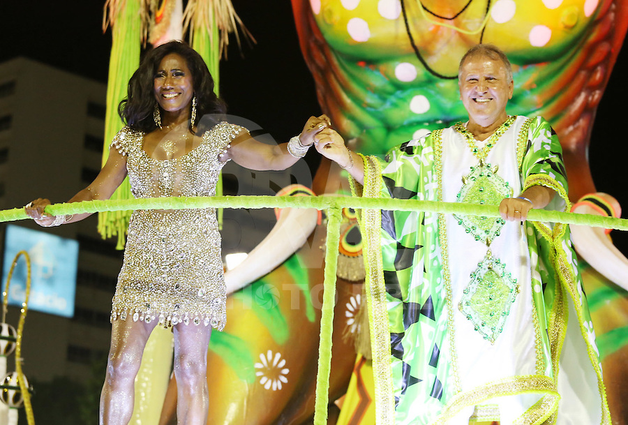 RIO DE JANEIRO, RJ, 17.02.2015 - CARNAVAL 2015 - RIO DE JANEIRO - GRUPO ESPECIAL /  IMPERATRIZ LEOPOLDINENSE - Gloria Maria e Zico durante desfile da escola de samba Imperatriz Leopoldinense durante desfile do grupo especial do Carnaval do Rio de Janeiro, na madrugada desta terça-feira, 17. (Foto: Gustavo Serebrenick / Brazil Photo Press)