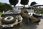 Foto: VidiPhoto<br /> <br /> ARNHEM – Directeur Eef Peeters (blauw shirt) van het Arnhems Oorlogsmuseum 40-45 demonstreert zijn zojuist aangeschafte Duitse Schwimmwagen op de Rijn bij Arnhem. Hij kocht het voervaartuig van een particulier die een volkswagen ombouwde tot amfibievoertuig. Omdat de Duitse Wehrmacht en SS in de oorlog een soortgelijk transportmiddel had, wil Peeters het varend voertuig terugbrengen in originele staat. Van de totaal 15.000 Schwimmwagens van het Duitse leger is nog maar een handjevol over. Omdat het transportmiddel niet alleen peperduur en zeldzaam is, maar ook erg instabiel, wordt er nauwelijks mee gevaren. Het karkas van deze Schwimmwagen is opgevuld met purschuim, en kan daarom niet zinken.
