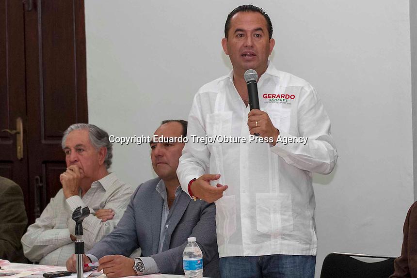 San Juan del R&iacute;o, Qro. 14 mayo 2015.- Los candidatos del PAN y del PRI, fueron invitados por Alejandro Cabrera Sigler, Presidente de la CMIC Quer&eacute;taro, para exponer sus propuestas ante los agremiados a la c&aacute;mara de la construcci&oacute;n.<br /> En primer lugar, expuso Memo Vega, mediante diapositivas, sus proyectos en materia de infraestructura vial, pluvial y de urbanizaci&oacute;n.<br /> <br /> Posteriormente Gerardo S&aacute;nchez convers&oacute; con los agremiados sobre las propuestas que su gobierno ofrecer&iacute;a en caso de llegar a la alcald&iacute;a.