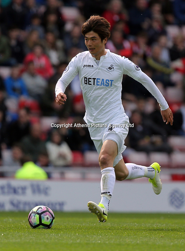 Ki Sung-Yueng of Swansea City in action during the Premier League match between Sunderland and Swansea City at the Stadium of Light, Sunderland, England, UK. Saturday 13 May 2017