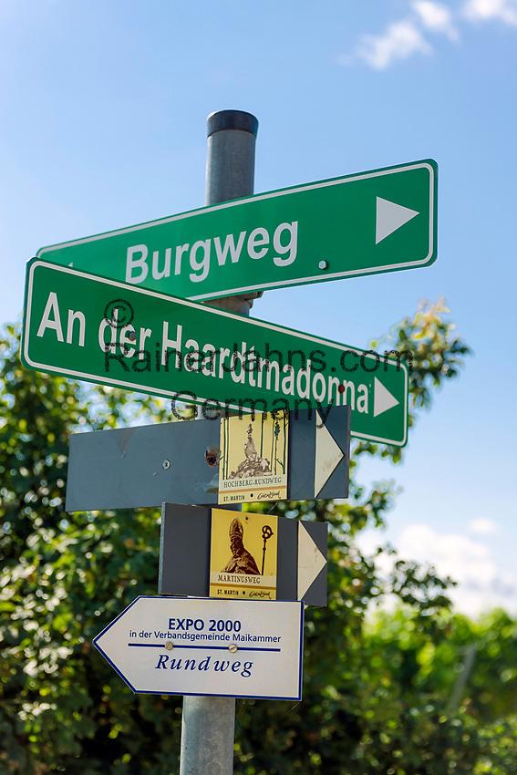 Deutschland, Rheinland-Pfalz, Suedliche Weinstrasse, bei Sankt Martin (Pfalz): Wanderwegweiser in den Weinbergen oberhalb des Weinortes   Germany, Rhineland-Palatinate, Southern Wine Route, Sankt Martin (Pfalz): hiking trail sign post  in the vineyards above the wine village