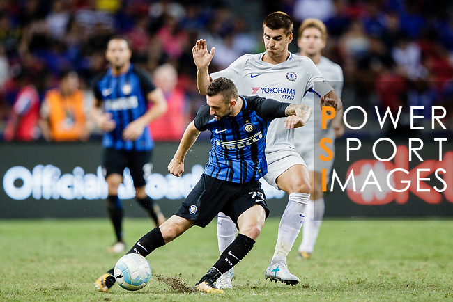 FC Internazionale Midfielder Marcelo Brozovic (L) fights for the ball with Chelsea Forward Alvaro Morata (R) during the International Champions Cup 2017 match between FC Internazionale and Chelsea FC on July 29, 2017 in Singapore. Photo by Marcio Rodrigo Machado / Power Sport Images