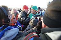 SCHAATSEN: EMMEN: Grote Rietplas, KPN NK Marathon Natuurijs, 08-02-2012, Jorrit Bergsma wordt gefeliciteerd door z'n ouders, ©foto: Martin de Jong