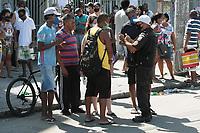 Rio de Janeiro (RJ), 30/04/2020 - Caixa-Rio - Clientes da Caixa Economica do Largo do Bicao no Bairro na Vila da Penha, zona norte do Rio de Janeiro, protestam em frente agencia fechando a estrada Padre Roser, nesta quinta-feira (30). A Policia Militar foi acionada para dispersao a multidao que estavam fechando estrada com pedras e caixotes de madeiras, os clientes reclamam da demora no atendimento para receber o auxilio emergencial. (Foto: Celso Barbosa/Codigo 19/Codigo 19)
