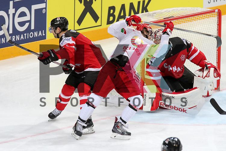 Canadas Hamhuis, Dan (Nr.2) im Zweikampf vor dem eigenen Torwart im Spiel IIHF WC15 Canada vs. Belarus<br /> <br /> Foto &copy; P-I-X.org *** Foto ist honorarpflichtig! *** Auf Anfrage in hoeherer Qualitaet/Aufloesung. Belegexemplar erbeten. Veroeffentlichung ausschliesslich fuer journalistisch-publizistische Zwecke. For editorial use only.