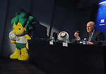 FIFA Praesident Blatter praesentiert Maskottchen Zakumi und Spielball Jabulani