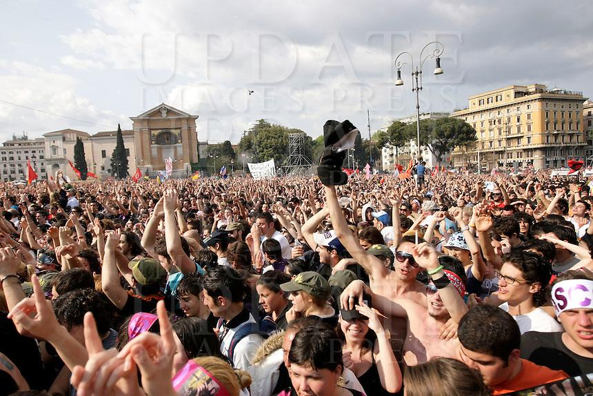 Folla di fans per il tradizionale concerto del Primo Maggio organizzato da Cgil, Cisl e Uil in piazza San Giovanni, Roma, 1 maggio 2009..Fans crowd St. John Lateran's Square, Rome, 1 may 2009, for the traditional May Day concert..UPDATE IMAGES PRESS/Riccardo De Luca..