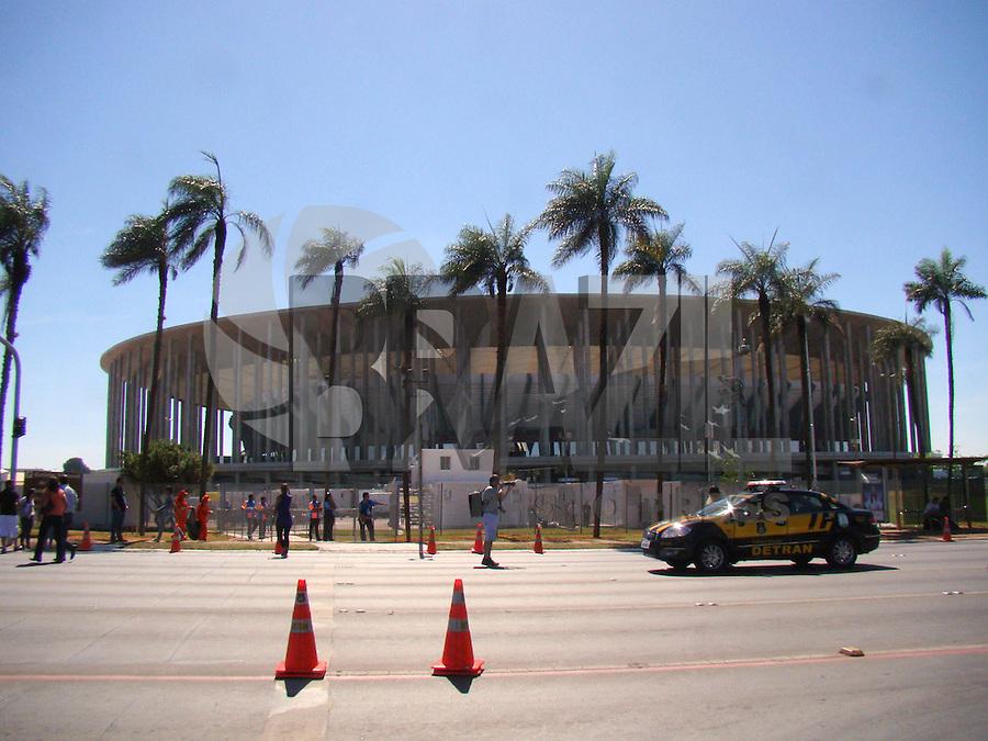 BRASÍLIA, DF 14 DE JUNHO 2013. MANIFESTAÇÃO COPA PRA QUE EM BRASÍLIA. Na manhã desta sexta feira (14), uma grande manifestação contra a Copa das Confederações movimentou e paralizou o Eixo Monumental Norte em frente ao estádio Mané Garrincha e terminando na porta do Palácio Buriti sede do governo DF. FOTO RONALDO BRANDÃO / BRAZIL PHOTO PRESS