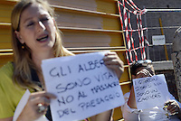 Roma, 1 Luglio 2013<br /> Via dei Fori Imperiali<br /> Comitati di quartiere e ambientalisti manifestano contro abbattimenti e trasferimenti di 80 alberi secolari per far posto ai cantieri e alle griglie di sfiato della linea C della Metropolitana di Roma.