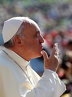Papa Francesco manda un bacio ai fedeli al suo arrivo all'udienza generale del mercoledi' in Piazza San Pietro, Citta' del Vaticano, 25 settembre 2013.<br /> Pope Francis blows a kiss to faithful as he arrives for his weekly general audience in St. Peter's Square at the Vatican, 25 September 2013.<br /> UPDATE IMAGES PRESS/Riccardo De Luca<br /> <br /> STRICTLY ONLY FOR EDITORIAL USE