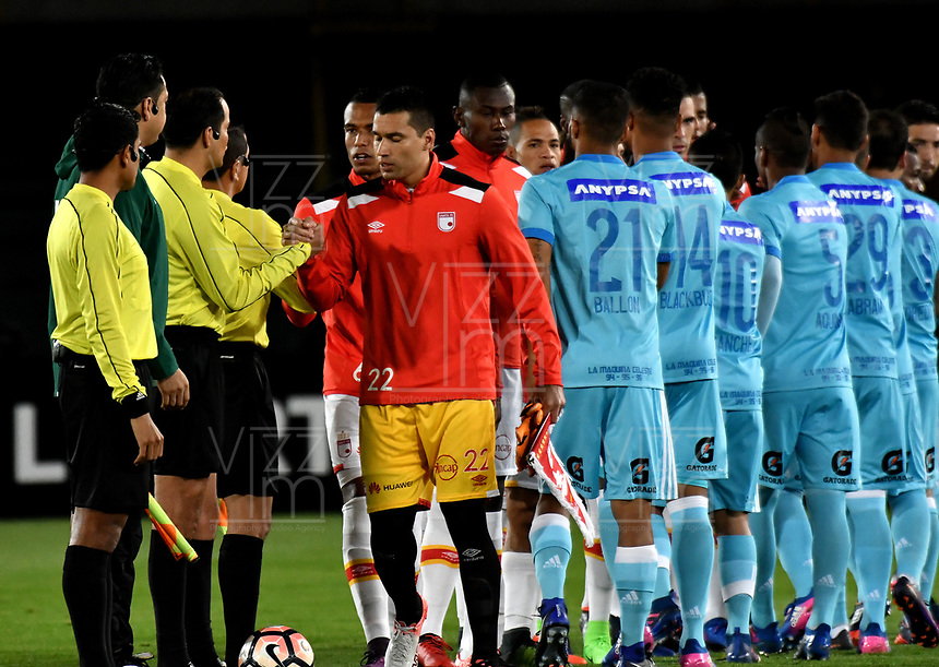 BOGOTA - COLOMBIA – 16 – 03 - 2017: Los jugadores de Independiente Santa Fe y Sporting Cristal, durante partido entre Independiente Santa Fe de Colombia y Sporting Cristal de Peru, de la fase de grupos, grupo 2, fecha 2 por la Copa Conmebol Libertadores Bridgestone 2017, en el estadio Nemesio Camacho El Campin, de la ciudad de Bogota. / The Players of Independiente Santa Fe and Sporting Cristal, during a match between Independiente Santa Fe of Colombia and Sporting Cristal of Peru, of the group stage, group 2 of the date 2, for the Conmebol Copa Libertadores Bridgestone 2017 at the Nemesio Camacho El Campin in Bogota city. VizzorImage / Luis Ramirez / Staff.
