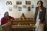 Führerin Annette Hochberg erklärt das Glockenspiel und zeigt die verschiedenen Rollen mit Musik
