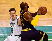CJX18. BOSTON (EE.UU.), 25/05/2017.- El jugador LeBron James (d) de Cleveland Cavaliers en acción ante Jonas Jerebko (i) de Boston Celtics hoy, jueves 25 de mayo de 2017, durante un juego entre Cleveland Cavaliers y Boston Celtics de la NBA, que se disputa en el TD Garden, en Boston, Massachusetts (Estados Unidos). EFE/JOHN CETRINO