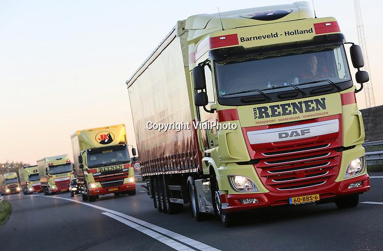 Foto: VidiPhoto<br /> <br /> BARNEVELD - Gloednieuwe trucks van transportbedrijf Van Reenen uit Barneveld maken een proefrit. Van Reenen is een van de weinige Nederlandse transporteurs die ondanks de economische crisis nog flinke winst maakt. Dankzij de financi&euml;le resultaten kan de transportonderneming blijven investeren in nieuw materieel.