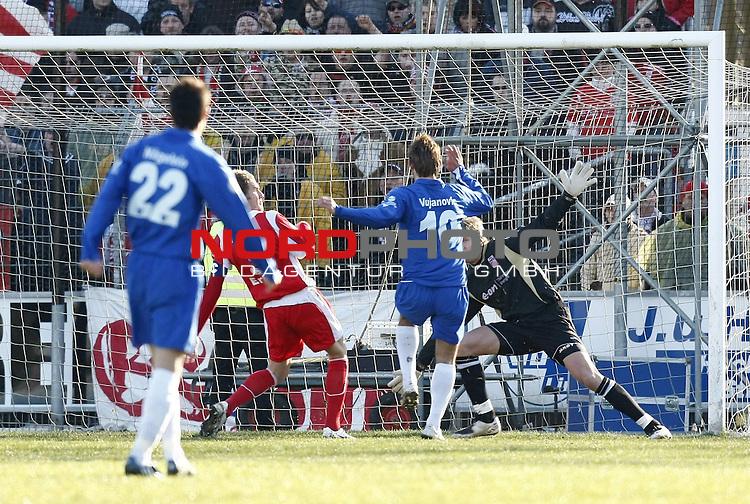 RLN 2007/2008 22. Spieltag  R&uuml;ckrunde<br /> BSV Kickers Emden -  Rot-Wei&szlig; Erfurt<br /> Das erste Tor f&uuml;r Kickers: Sch&uuml;tze Radovan Vujanovic (Kickers#10) - unhaltbar f&uuml;r Dirk Orlishausen (Erfurt#28) <br /> Foto &copy; nph (  nordphoto  )