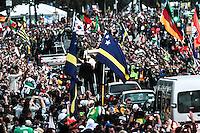 RIO DE JANEIRO; RJ; 26 DE JULHO 2013 - PAPA FRANCISCO E VIA SACRA JMJ - No fim da tarde desta sexta-feira, em Copacabana, o Papa Francisco se dirige pela Avenida Atlântica no papamóvel em direção ao palco no Leme onde presenciará a encenação da Via Sacra, o 3º ato central da JMJ. FOTO: NÉSTOR J. BEREMBLUM - BRAZIL PHOTO PRESS.