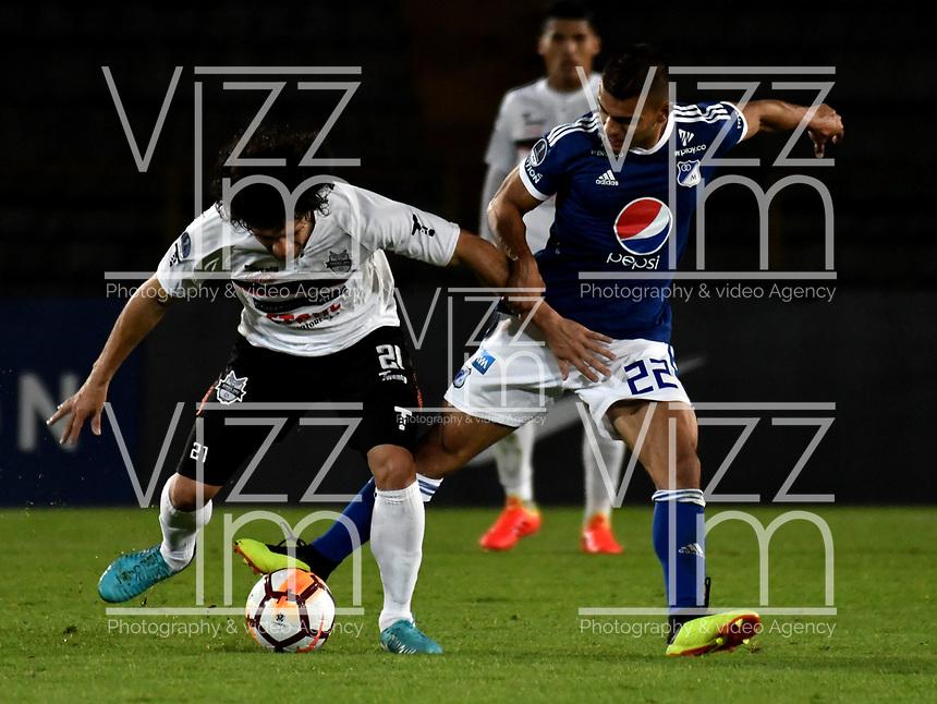 BOGOTÁ - COLOMBIA, 15-08-2018: Jhon Duque (Der.) jugador de Millonarios (COL), disputa el balón con Blas Cáceres (Izq.) jugador de General Díaz (PAR), durante partido de vuelta entre Millonarios (COL) y General Díaz (PAR), de la segunda fase por la Copa Conmebol Sudamericana 2018, en el estadio Nemesio Camacho El Campin, de la ciudad de Bogotá. / Jhon Duque (R) player of Millonarios (COL), figths for the ball with Blas Caceres (L) player of General Diaz (PAR), during a match of the second leg between Millonarios (COL) and General Diaz (PAR), of the second phase for the Conmebol Sudamericana Cup 2018 in the Nemesio Camacho El Campin stadium in Bogota city. VizzorImage / Luis Ramirez / Staff.