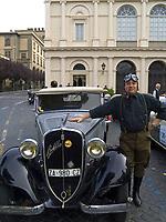 Italien, Latium,Viterbo: Oldtimer-Treffen vor dem Teatro dell'Unione - FIAT Balilla und sein stolzer Besitzer   Italy, Lazio, Viterbo: classic car meeting in front of Teatro dell'Unione - FIAT Balilla and the proud owner