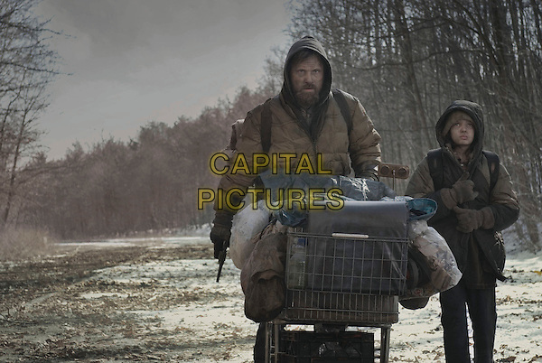 VIGGO MORTENSEN & KODI SMIT-McPHEE.in The Road.*Filmstill - Editorial Use Only*.CAP/FB.Supplied by Capital Pictures.