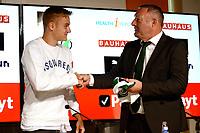 GRONINGEN , Voetbal, presentatie Tim Handwerker FC Groningen, seizoen 2018-2019, 14-08-2018,  Ron Jans Reikt het shirt uit