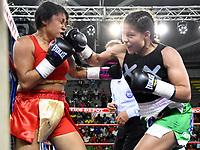 """MONTERIA - COLOMBIA, 19-05-2018: Dayana """"Diamante"""" Cordero (Der.) de Caucasia,Antioquia ,venció a Neisi """"La Leona """" Torres de Barranquilla  de la categoria pluma ,el coliseo """"Happy Lora """" de esta ciudad , mañana Sábado ./ Dayana """"Diamante"""" Cordero de Caucasia, Antioquia, won to  Neisi """"La Leona"""" Torres de Barranquilla of the feather category  at the """"Happy Lora"""" Coliseum of this city tomorrow Saturday. Photo: VizzorImage / Andrés Felipe López Vargas / Contribuidor"""
