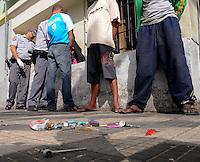 SAO PAULO, SP, 14 Janeiro 2012.A Policia Militar apreende mais pedras de crack e caximbos na Rua Helvetia na Cracolandia  .  (FOTO: ADRIANO LIMA - NEWS FREE)
