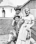 Die Schauspielerfamilie Rosa Albach-Retty, Wolf Albach-Retty und Magda Schneider. Salzburg. Photographie um 1937<br /> <br /> - 01.01.1937-31.12.1937<br /> <br /> Es obliegt dem Nutzer zu pr&uuml;fen, ob Rechte Dritter an den Bildinhalten der beabsichtigten Nutzung des Bildmaterials entgegen stehen.<br /> <br /> The actors-family Rosa Albach-Retty, Wolf Albach-Retty and Magda Schneider. Salzburg. Photograph around 1937<br /> <br /> - 01.01.1937-31.12.1937<br /> <br /> It is in the duty of the user of the image to clear prior to usage if any Third Party rights preclude the intended use.