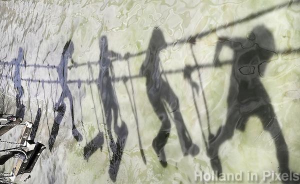 Nederland Almere  2016.  Internationale Modderdag. Kinderen vermaken zich met modder en water bij outdoorpark SEC Survivals. Klimmen op een touwbrug. Foto Berlinda van Dam / Hollandse Hoogte
