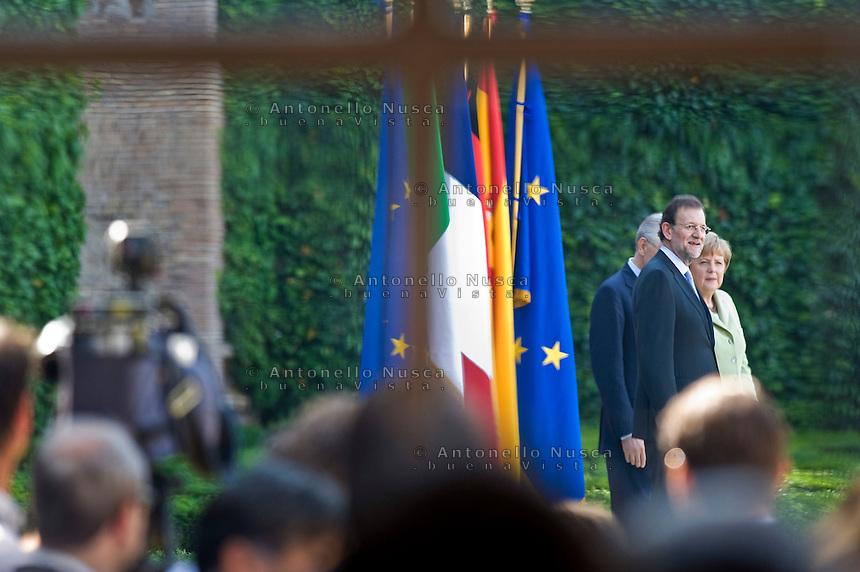 Mariano Rajoy, Mario Monti e Angela Merkel in attesa di fare la foto famiglia a Villa Madama dopo il vertice..(L-R) Spanish Prime Minister Mariano Rajoy and German Chancellor Angela Merkel waiting for the photo family at the end of a meeting at Villa Madama in Rome.