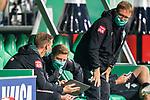 Tim Borowski (Co-Trainer SV Werder Bremen)Florian Kohfeldt (Trainer SV Werder Bremen)<br /> Thomas Horsch (Co-Trainer SV Werder Bremen) schauen aufs Tablett<br /> <br /> Sport: Fussball: 1. Bundesliga: Saison 19/20: <br /> 26. Spieltag: SV Werder Bremen vs Bayer 04 Leverkusen, 18.05.2020<br /> <br /> Foto ©  gumzmedia / Nordphoto / Andreas Gumz / POOL <br /> <br /> Nur für journalistische Zwecke! Only for editorial use!<br />  DFL regulations prohibit any use of photographs as image sequences and/or quasi-video.