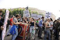Roma, 6 Maggio 2011.Sciopero generale.Corteo e sciopero selvaggio di studenti, precari e centri sociali da Porta Pia alla Stazione Termini dove bloccano la partenza dei treni occupando i binari..