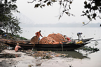 INDIA Westbengal, Kolkata, boat transport on Hooghli river, clay pots/ INDIEN, Westbengalen, Kolkata, Boot transport auf dem Hugli Fluss, Tontoepfe