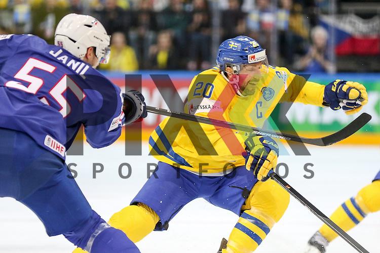 Schwedens Lundqvist, Joel (Nr.20) im Zweikampf mit Frankreichs Janil, Jonathan (Nr.55)  im Spiel IIHF WC15 Frankreich vs. Schweden.<br /> <br /> Foto &copy; P-I-X.org *** Foto ist honorarpflichtig! *** Auf Anfrage in hoeherer Qualitaet/Aufloesung. Belegexemplar erbeten. Veroeffentlichung ausschliesslich fuer journalistisch-publizistische Zwecke. For editorial use only.
