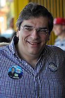 SÃO PAULO, SP, 26 DE AGOSTO DE 2012 - ELEIÇÕES 2012 - CELSO RUSSOMANO: O candidato do PRB a prefeitura de São Paulo Celso Russomano na companhia de seu vice Luiz Flávio Borges D'Urso (c) realizou na manhã deste domingo (26) uma visita ao comércio do Jardim Orly, zona sul da capital. FOTO: LEVI BIANCO - BRAZIL PHOTO PRESS