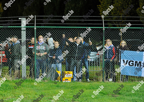 2012-09-22 / voetbal / seizoen 2012-2013 / Verbroedering Geel-Meerhout - Temse / De leden van de Geelse spionkop hebben een stadionverbod gekregen maar dat belet hun niet om van buiten het stadion hun ploeg aan te moedigen en sfeer te brengen.