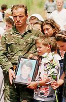 In der Ortschaft Krushe Te Vogel wurden 14 Kosovo-Albaner von serbischem Militaer / Sondereinheiten ermordet. Nachdem das Massengrab gefunden und geoeffnet wurde, fand die von der UCK organisierte Beerdigung durch Angehoerige und Freunde auf einem Feld nahe der Ortschaft statt.<br /> Krushe Te Vogel/Jugoslawien, 1.8.1999<br /> Copyright: Christian-Ditsch.de<br /> [Inhaltsveraendernde Manipulation des Fotos nur nach ausdruecklicher Genehmigung des Fotografen. Vereinbarungen ueber Abtretung von Persoenlichkeitsrechten/Model Release der abgebildeten Person/Personen liegen nicht vor. NO MODEL RELEASE! Don't publish without copyright Christian-Ditsch.de, Veroeffentlichung nur mit Fotografennennung, sowie gegen Honorar, MwSt. und Beleg. Konto: I N G - D i B a, IBAN DE58500105175400192269, BIC INGDDEFFXXX, Kontakt: post@christian-ditsch.de<br /> Urhebervermerk wird gemaess Paragraph 13 UHG verlangt.]