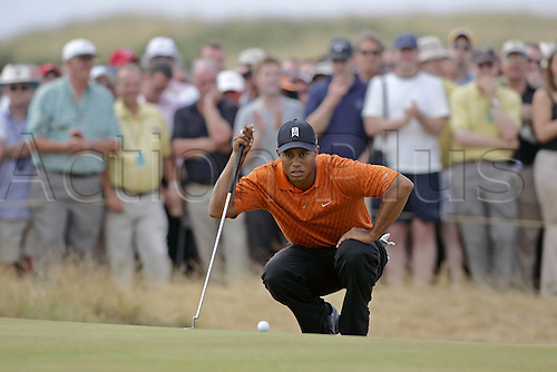 20 July 2006: American golfer Tiger Woods (USA) lines up his putt on the 5th Green during the first round of The Open Championship 2006, Royal Liverpool Golf Club, Hoylake, England. Photo: Glyn Kirk/Actionplus....060720 man men male .