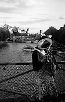 Paris (&icirc;le de france)<br /> <br /> Femme sur le Pont des arts.<br /> <br /> Woman on bridge of arts.