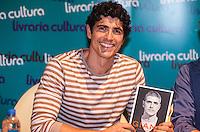 """ATENCAO EDITOR IMAGEM EMBARGADA PARA VEICULOS INTERNACIONAIS - SAO PAULO, SP, 11 DEZEMBRO 2012 - AUTOGRAFOS - REYNALDO GIANECCHINI - O ator Reynaldo Gianecchini no lançamento de sua biografia """"Giane"""", na Livraria Cultura do Conjunto Nacional, na Avenida Paulista, em São Paulo, nesta terça-feira (11). (FOTO: VANESSA CARVALHO  / BRAZIL PHOTO PRESS)."""
