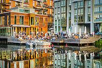 Restaurant med gäster vid vattnet i Hammarby sjöstad i Stockholm